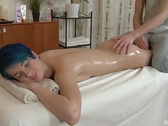 Amazing and oiled Amy Flash-freeze enjoys sex surpassing chum around with annoy massage table