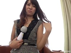 Ooishi Kaori takes off her panties and lets a sponger goat her pussy