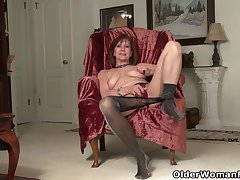 American gilf Penny gives her old pussy slay rub elbows with finger treatment